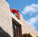 Il muratore dietro lavoro Immagine Stock