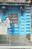 Il muratore rinnova la facciata di vecchia costruzione coloniale in Havana Vieja, Cuba Fotografia Stock