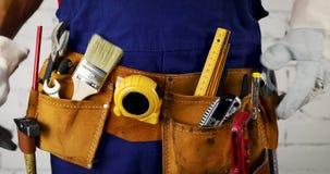 Il muratore sistema la sua cinghia dello strumento video d archivio