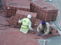 Il muratore sta costruendo la pavimentazione Immagini Stock
