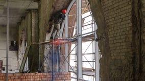Il muratore Using Drill To installa il timelapse della finestra archivi video