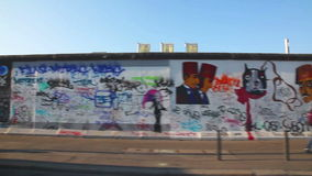 Il muro di Berlino (berlinese Mauer) con i graffiti archivi video