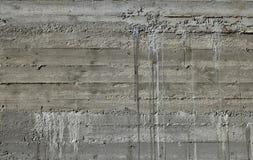Il muro di cemento con il modello di legno impressiona dal bordo di forma di legno Immagine Stock