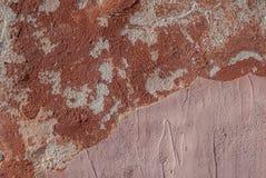 Il muro di cemento con vecchio gesso ha scheggiato, fondo di struttura Fotografia Stock