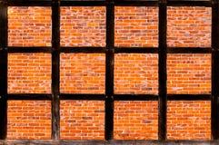 Il muro di mattoni della metà ha armato in legno la casa Fotografia Stock