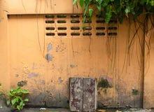 Il muro di mattoni dipinto, aggiunge variopinto ma alcuni sono danneggiati immagine stock