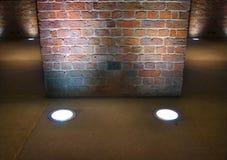 Il muro di mattoni interno si è illuminato in su vicino   Fotografia Stock