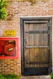 Il muro di mattoni rosso ed il legno a porta chiusa Fotografia Stock