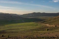 Il muschio ha coperto la valle dell'altopiano nella catena montuosa media dell'atlante nella s Fotografia Stock