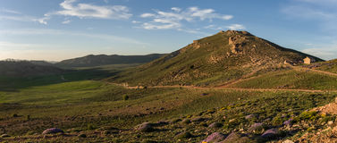 Il muschio ha coperto la valle dell'altopiano nella catena montuosa media dell'atlante nella s Immagine Stock
