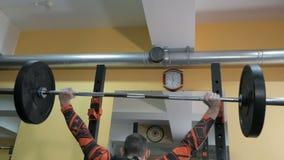 Il muscolo di pompaggio del culturista nella palestra, fa la forma fisica video d archivio