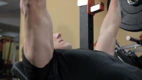 Il muscolo di pompaggio del culturista nella palestra, fa la forma fisica stock footage