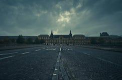 Il museo del Louvre guardando dal Pont du Carrousel Immagini Stock Libere da Diritti