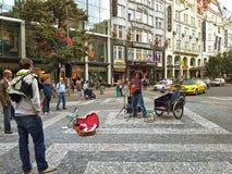 Il musicista ambulante sudamericano esegue a Praga Fotografia Stock