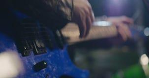 Il musicista che gioca emozionalmente la chitarra elettrica archivi video
