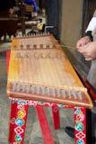 Il musicista del Bhutanese sta giocando un yangqin, Bhutan fotografia stock libera da diritti