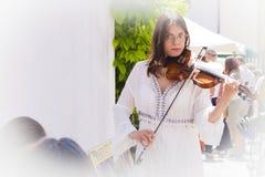 Il musicista della via gioca il violino Fotografie Stock Libere da Diritti