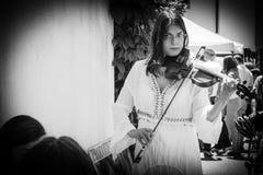 Il musicista della via gioca il violino Fotografie Stock