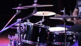 Il musicista gioca i tamburi stock footage