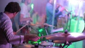 Il musicista gioca i tamburi archivi video
