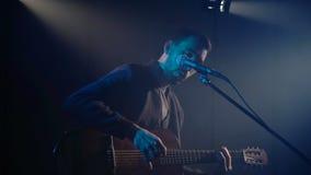 Il musicista gioca la chitarra video d archivio