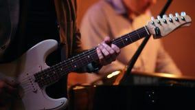Il musicista gioca la chitarra, pianista nei precedenti stock footage