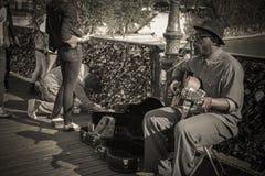 Il musicista non identificato gioca la chitarra ed il canto nel concep d'annata Immagine Stock Libera da Diritti