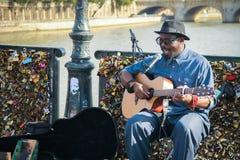 Il musicista non identificato gioca la chitarra ed il canto sulle serrature di amore Immagine Stock
