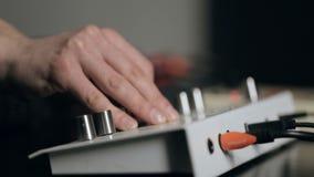 Il musicista sintonizza i sintetizzatori e la percussione elettronica dei giochi video d archivio