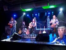 Il musicista Tavana e Keith Batlin gioca la chitarra e canta con Leon Immagini Stock