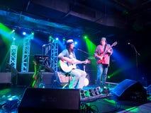 Il musicista Tavana e Keith Batlin gioca la chitarra e canta con Leon Immagini Stock Libere da Diritti