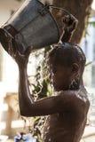 Il Myanmar - abluzioni di mattina dentro un tempio buddista fotografia stock libera da diritti