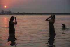 Il Myanmar - bagno di mattina dentro il fiume di Irrawaddy immagini stock