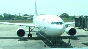 IL MYANMAR - 10 MAGGIO: Airbus spiana muoversi in avanti da gate ed il lavoratore a terra che lavora nell'aeroporto internazional archivi video