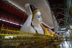 Il Myanmar s Buddha adagiantesi Immagini Stock Libere da Diritti