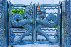 Il Naga dirige l'arte stile tailandese del metallo su un portone della porta Fotografia Stock Libera da Diritti