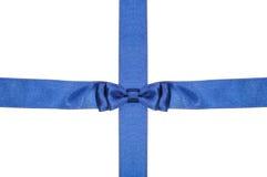 Il nastro blu ed il raso dell'intersezione legano con l'arco Immagini Stock Libere da Diritti