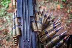Il nastro con le cartucce ha caricato in una mitragliatrice Immagini Stock Libere da Diritti