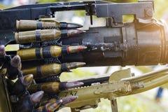 Il nastro con le cartucce ha caricato in una mitragliatrice Fotografia Stock