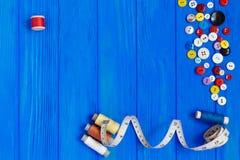 Il nastro di misurazione, i bottoni, bobine dei filati cucirini, copia lo spazio o Immagini Stock