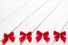 Il nastro e l'arco rossi decorativi su un fondo di bianco hanno dipinto la r Immagini Stock