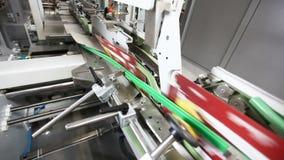 Il nastro trasportatore della fabbrica di produzione trasporta le scatole di cartone per industria alimentare archivi video