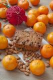 Il Natale agglutina su una tavola con le mandorle, mandarini Fotografie Stock Libere da Diritti