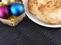 Il Natale agglutina sulle bagattelle bianche di natale e del piatto Immagine Stock Libera da Diritti