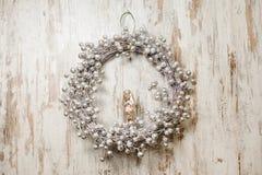 Il Natale alla moda si avvolge fatto dei rami asciutti e decorato nei toni d'argento Immagine Stock Libera da Diritti