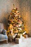 Il Natale alloggia con l'albero di Natale Fotografia Stock Libera da Diritti