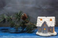 Il Natale alloggia con la candela ed il ramo del pino Fotografia Stock