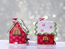 Il Natale alloggia decorato con Santa alla porta Fotografie Stock