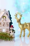 Il Natale alloggia e renna con le luci del bokeh Fotografie Stock
