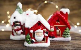Il Natale alloggia le decorazioni con le luci festive sul bordo di legno Immagine Stock